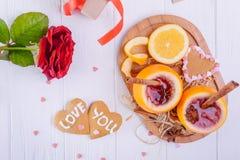 Composition de fête avec des biscuits dans la forme du coeur avec amour que vous exprime, s'est levé, peu commun servi en vin cha Photos stock