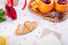 Composition de fête avec des biscuits dans la forme du coeur avec amour que vous exprime, s'est levé, peu commun servi en vin cha Images stock