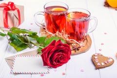 Composition de fête avec le foyer sur la carte de voeux rose et et boisson chaude brouillée avec les fruits ou le vin chaud, boît Photos libres de droits