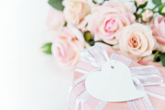 Composition de fête avec les fleurs et le boîte-cadeau Photographie stock libre de droits