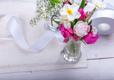 Composition de fête en fleur sur le fond en bois blanc Vue supplémentaire Photographie stock libre de droits