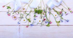 Composition de fête en fleur sur le fond en bois blanc Vue supplémentaire Photo stock