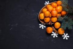 Composition de fête en nouvelle année avec des cônes de pin de mandarines Image libre de droits