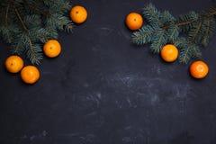 Composition de fête en nouvelle année avec l'arbre de Noël de cônes de pin de mandarines Photo stock