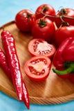 Composition de groupe et de moitiés de tomate et poivron doux de plat en bois, vue supérieure, plan rapproché, foyer sélectif Images stock