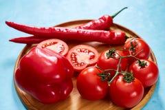 Composition de groupe et de moitiés de tomate et poivron doux de plat en bois, vue supérieure, plan rapproché, foyer sélectif Photo libre de droits