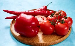 Composition de groupe et de moitiés de tomate et poivron doux de plat en bois, vue supérieure, plan rapproché, foyer sélectif Image libre de droits
