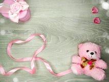 Composition de jour du ` s de Valentine d'ours et de coeurs de nounours de boîte-cadeau Photographie stock