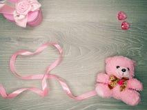 Composition de jour du ` s de Valentine d'ours et de coeurs de nounours de boîte-cadeau Photos stock