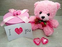 Composition de jour du ` s de Valentine d'ours et de coeurs de nounours de boîte-cadeau Photos libres de droits