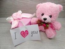 Composition de jour du ` s de Valentine d'ours et de coeurs de nounours de boîte-cadeau Photo libre de droits