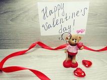 Composition de jour du ` s de Valentine d'ours et de coeurs de nounours de boîte-cadeau Images stock