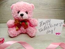 Composition de jour du ` s de Valentine d'ours et de coeurs de nounours de boîte-cadeau Image libre de droits
