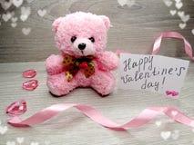 Composition de jour du ` s de Valentine d'ours et de coeurs de nounours de boîte-cadeau Image stock