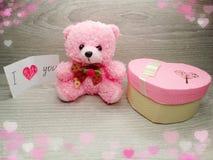 Composition de jour du ` s de Valentine d'ours et de coeurs de nounours de boîte-cadeau Photo stock