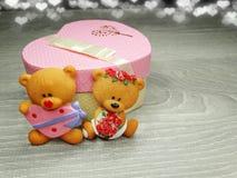 Composition de jour du ` s de Valentine d'ours et de coeurs de nounours de boîte-cadeau Photographie stock libre de droits