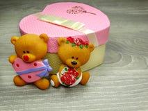 Composition de jour du ` s de Valentine d'ours et de coeurs de nounours de boîte-cadeau Images libres de droits
