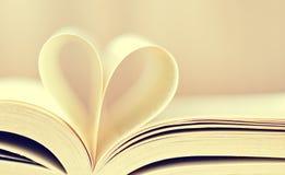 Composition de l'amour avec le coeur ouvert de livre Photos stock