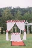 Composition de mariage du beau de voûte de mariage wedcorated avec les roses blanches et rouges Images libres de droits