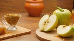 Composition de miel, de nid d'abeilles, de pain d'abeille et de pommes vertes (casserole de RL, aucun 8 3) clips vidéos
