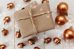 Composition de Noël Boîte actuelle avec la ficelle et le papier de métier, les glands d'or et les boules Image stock