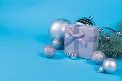 Composition de Noël de boîte-cadeau et de babioles photos libres de droits