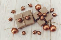 Composition de Noël Boîtes actuelles avec la ficelle et le papier de métier, les glands d'or et les boules Photos libres de droits