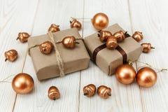 Composition de Noël Boîtes actuelles avec la ficelle et le papier de métier, les glands d'or et les boules Photographie stock libre de droits