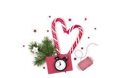 Composition de Noël Bonhomme en pain d'épice avec la canne de sucrerie, la branche d'arbre de sapin et les flocons de neige sur l Photos stock