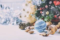 Composition de Noël Branches de pin, cônes de pin, cônes de sapin, écrous Photos stock