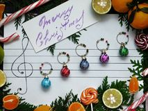 Composition de Noël Des boules de décoration de Noël sont arrangées sur le papier comme des notes de musique Photos stock