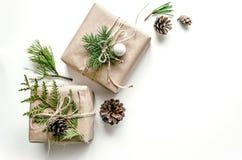 Composition de Noël Emballage cadeau dans de style eco Fond de Noël pour la présentation du travail ou du texte Photo stock