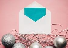 Composition de Noël Enveloppe avec une carte Décorations argentées de boules de Noël sur le fond rose Vue supérieure, l'espace de photo stock