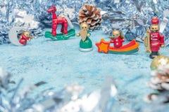 Composition de Noël de petits caractères de Noël avec la tresse Vue horizontale copie-économies Carte de vacances photographie stock libre de droits