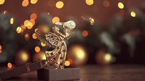 Composition de No?l Cadeau, décorations d'or de Noël, branches de cyprès, cônes de pin sur le fond blanc Configuration plate, vue clips vidéos