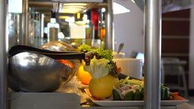 Composition de nourriture dans le restaurant Service de restauration banque de vidéos