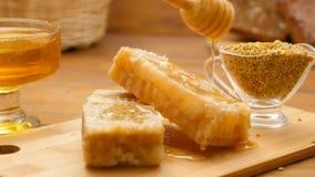 Composition de pain de miel, de nid d'abeilles et d'abeille Versement de miel (aucun 5, casserole de la LR) banque de vidéos