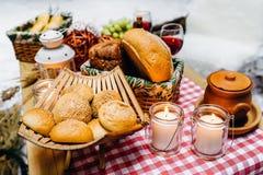 Composition de pain frais sur un support en bois et des bougies photographie stock libre de droits