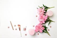 Composition de ressort des fleurs de pivoines, bougies roses, les accessoires des femmes, étoiles sur un fond gris, vue supérieur image libre de droits
