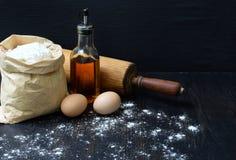 Composition de sac de farine de blé, d'oeufs, de pétrole et de goupille Préparation pour la pâte de malaxage, faisant cuire au fo images stock