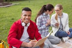 Composition de sourire en écriture d'étudiant en échange pour le concours photos stock