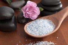 Composition de traitement de station thermale Cuillère de sel et des pierres de mer pour le massage photographie stock