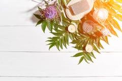 Composition de traitement de station thermale sur la table en bois blanche avec l'espace pour le texte Vue supérieure Fusée de Su Photo libre de droits