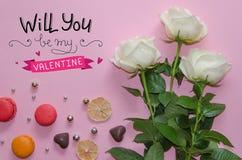 Composition de vintage de jour du ` s de St Valentine des roses blanches, des macarons et du lettrage Photographie stock