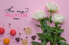 Composition de vintage de jour du ` s de St Valentine des roses blanches, du macaronand et du lettrage Photographie stock