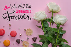 Composition de vintage de jour du ` s de St Valentine des roses blanches, du macaronand et du lettrage Photos stock