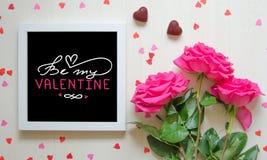 Composition de vintage de jour du ` s de St Valentine du cadre blanc de photo avec la citation d'amour Images libres de droits