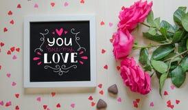 Composition de vintage de jour du ` s de St Valentine du cadre blanc de photo avec la citation d'amour Image libre de droits
