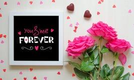 Composition de vintage de jour du ` s de St Valentine du cadre blanc de photo avec la citation d'amour Photo stock