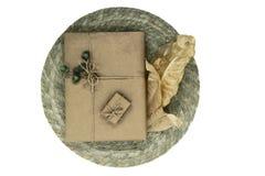 Composition des boîte-cadeau enveloppés dans le papier beige et l'esprit empaqueté photos libres de droits